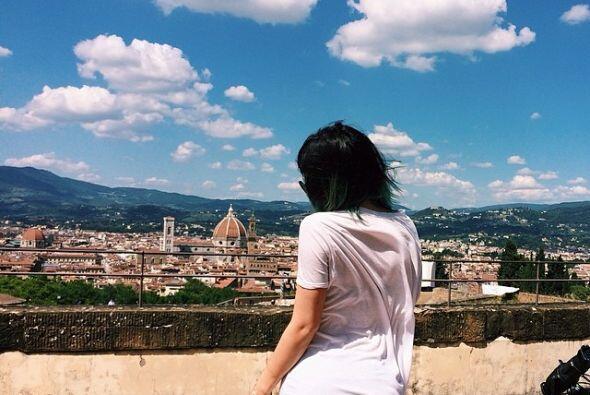 Kylie, más casual, con una playera blanca. ¡Qué paisaje!
