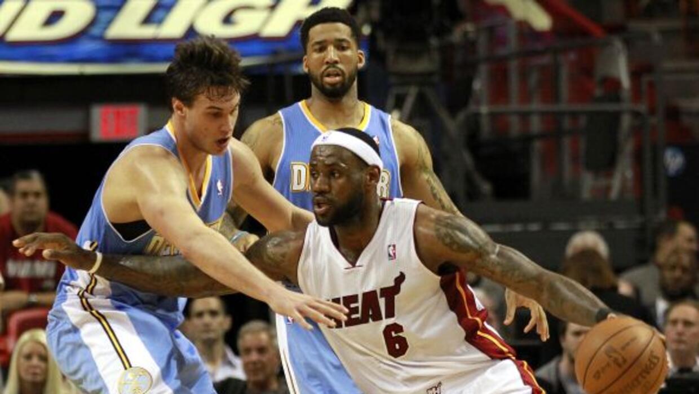 LeBron James anotó 33 puntos, Dwyane Wade contribuyó con 32 y el Heat de...