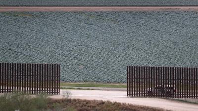 La orden ejecutiva que contempla la ampliación del muro es una de las do...