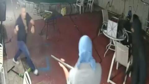 En video: Un hombre y su familia se enfrentan con un machete a ladrones...