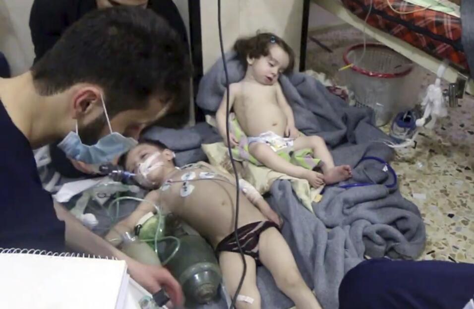 Decenas de personas mueren en un posible ataque con armas químicas en Si...