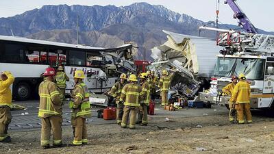 Un autobús de pasajeros chocó contra la parte trasera de un camión de ca...