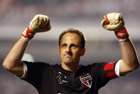 Rogerio Ceni es brasileño y es uno de los arqueros más goleadores en la...
