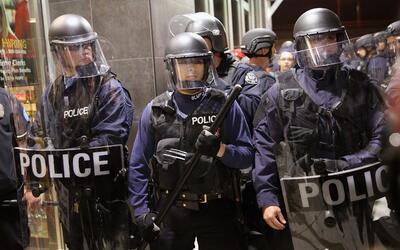 Agentes durante una de las masivas protestas contra la violencia policia...