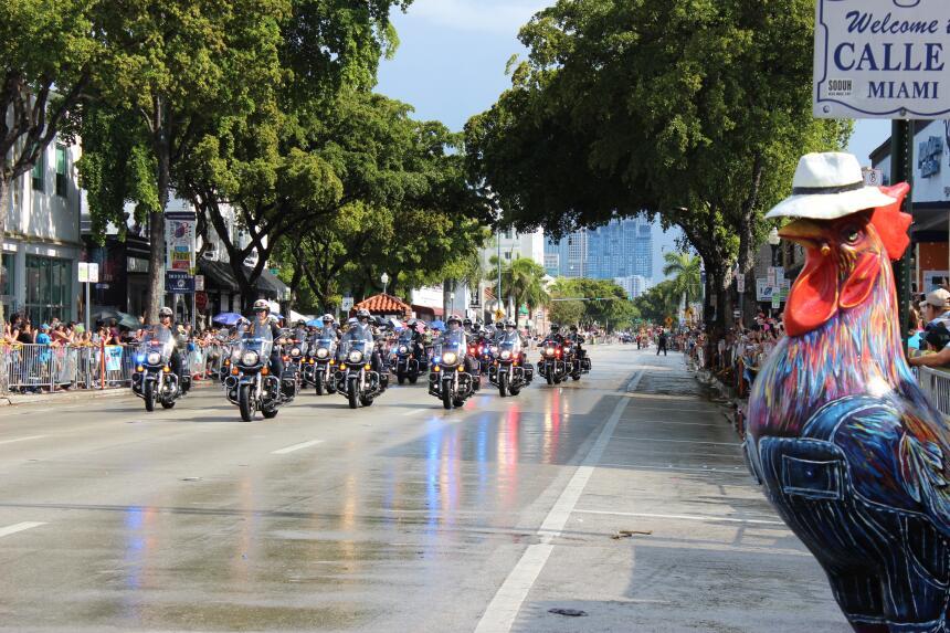 Pese a la lluvia, miles de personas se conglomeraron en la calle ocho pa...