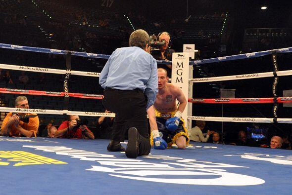 Omar Figueroa tumbó dos veces a Cannon y en la segunda el juez decidió q...