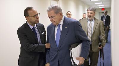 El congresista Luis Gutiérrez (izquierda) conversa con el senador Bob Me...