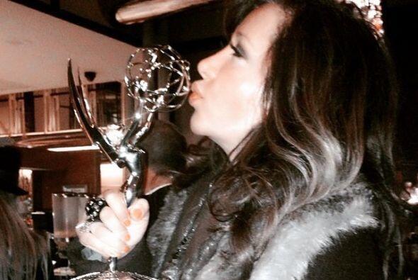 Jessica Maldonado no desaprovechó la oportunidad de besar el galardón.