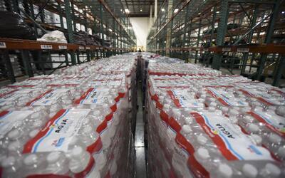 Aguas de agua en el almacén de FEMA para repartir a víctim...
