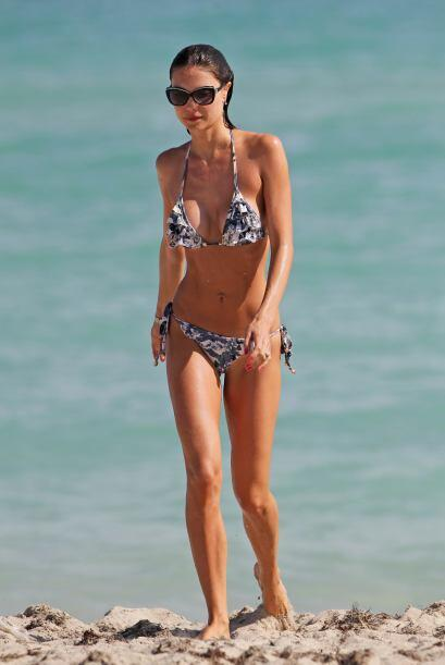 La modelo brasileña Julia Pereira remojó todo su cuerpecito en las olas...