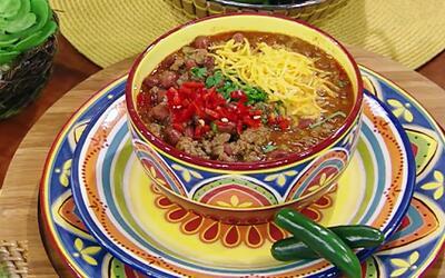 Entra en calor con esta receta de chile con carne y frijoles rojos del C...