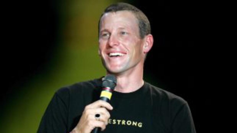 Lance Armstrong sonríe durante una ceremonia en su honor frente al Capit...