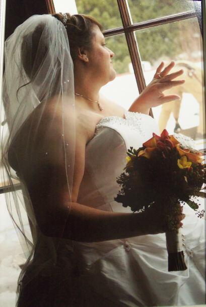 Aquí vemos a otra novia feliz, serenamente contemplando su futuro, pero...