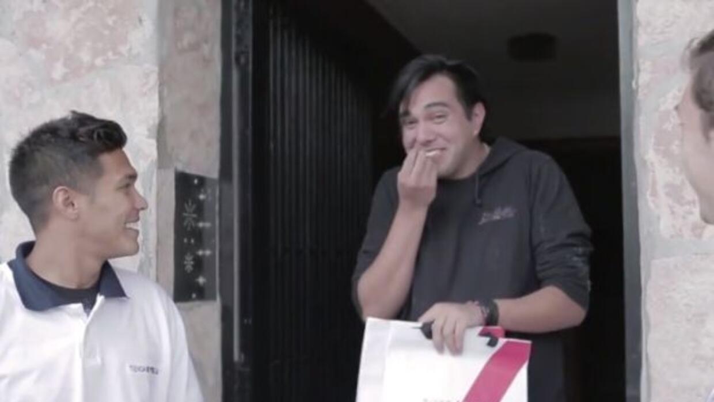 Teo Gutiérrez les entregó personalmente sus compras a los hinchas.