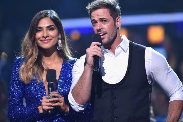 Alejandra Espinoza y William Levy llamaron al escenario a Chino y Nacho.