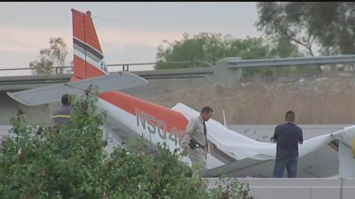 Un piloto se vio obligado a aterrizar sobre el techo de un edificio cuan...