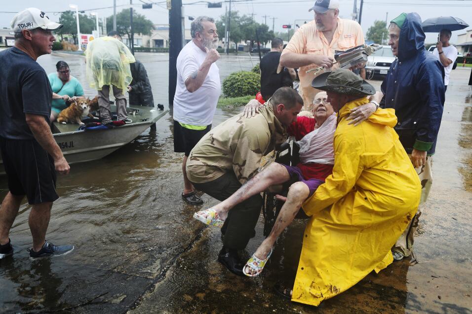 Los vecinos usaron sus botes personales para rescatar a Jane Rhodes, en...