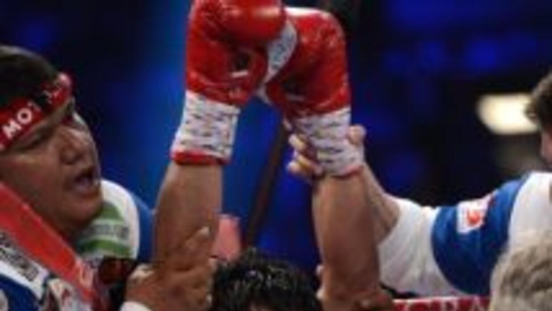 Freddie Roach atiende a Pacquiao en la esquina.