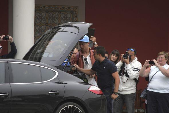 Luego de los autógrafos y las muestras de apoyo y cariño Ronaldo tomó su...