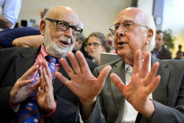 Los físicos Peter Higgs y François Englert recibieron el p...