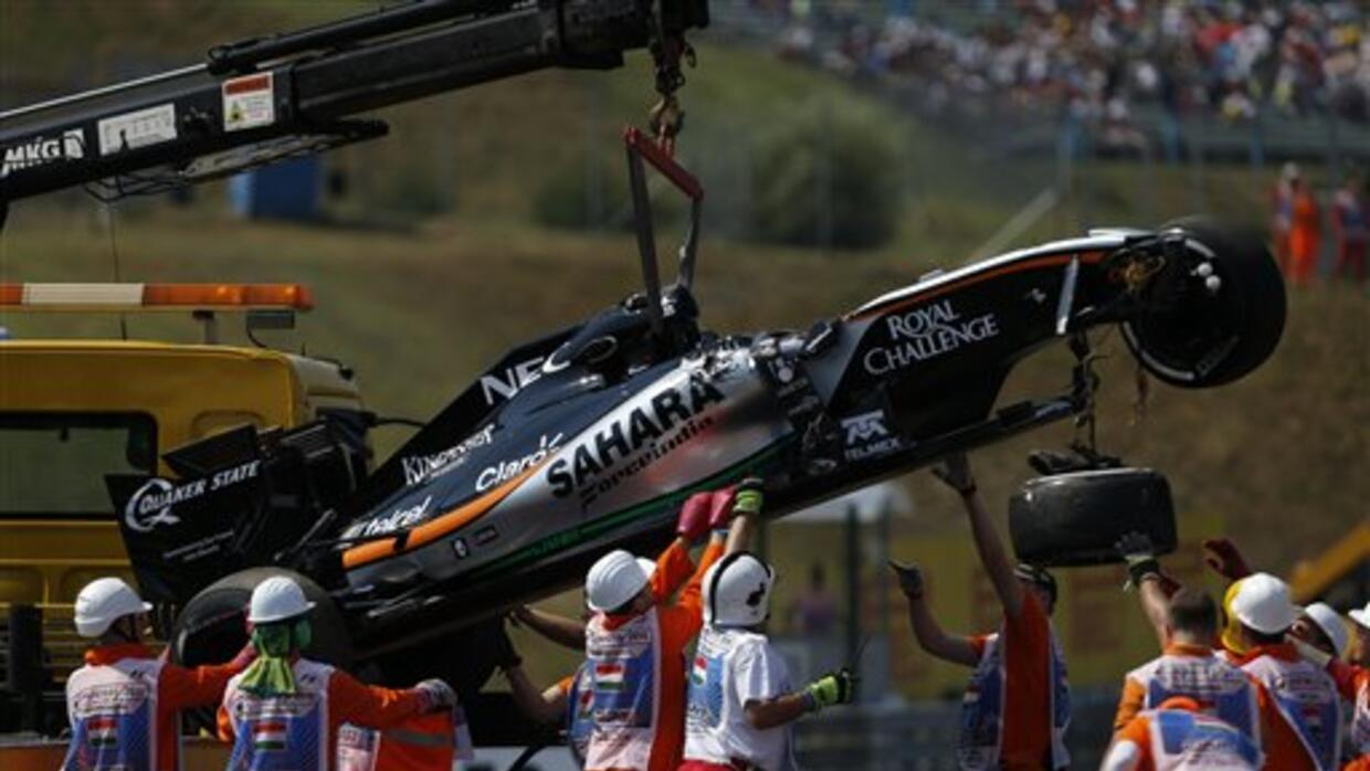 La grua recoge el Force India de Sergio Pérez tras el accidente.