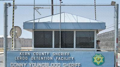 Puerta de acceso a la cárcel Lerdo de Bakersfield.