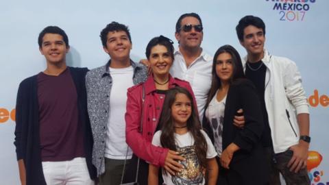 Familia Santamarina Villanueva desfila junta por alfombra