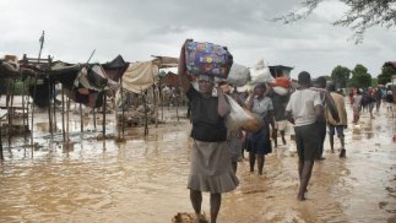 Haitianos se desplazan en busca de refugio.