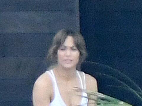 Jennifer Lopez muestra su abdomen mientras trabajaba por segundo d&iacut...