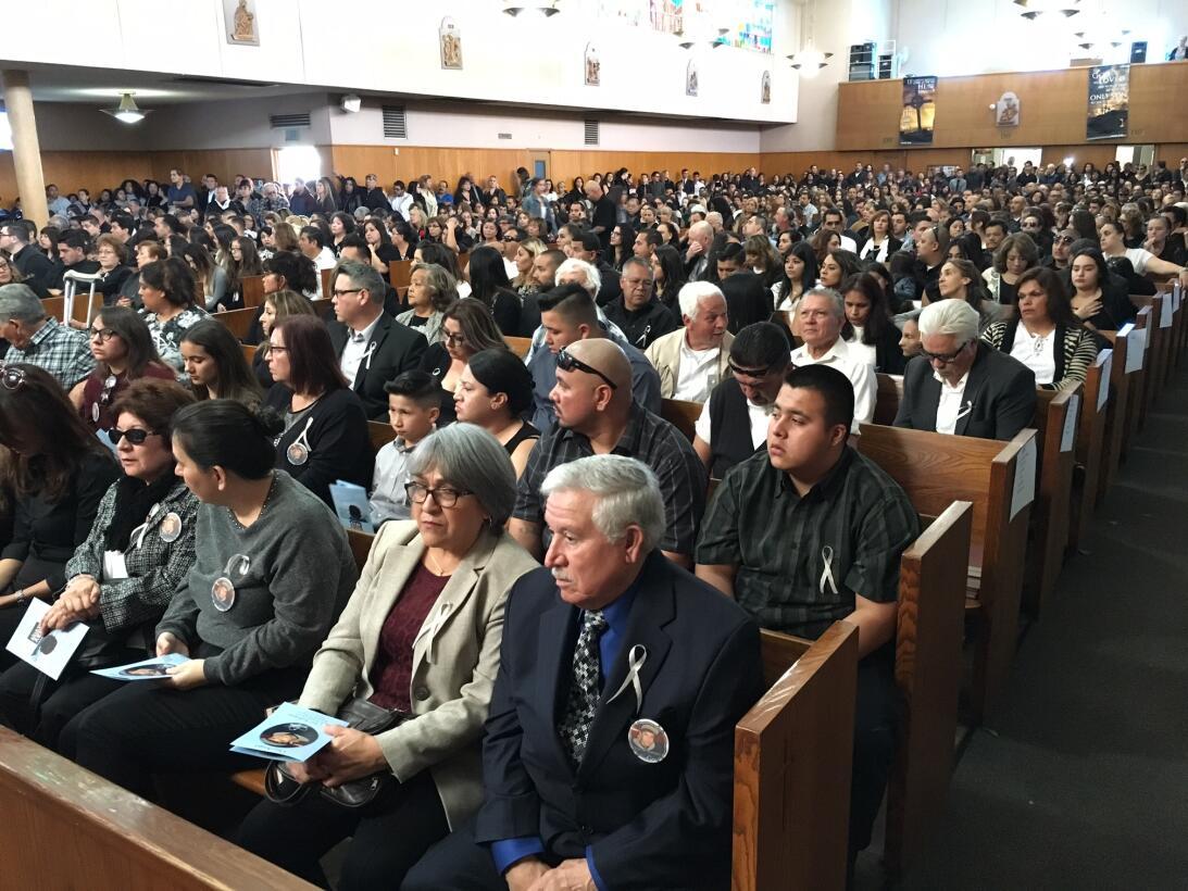 Más de 800 personas acudieron a las honras fúnebres de Elías.