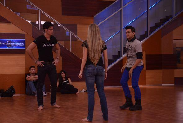 Ivan le enseñó a Alex que los hombres son los que llevan a su pareja en...