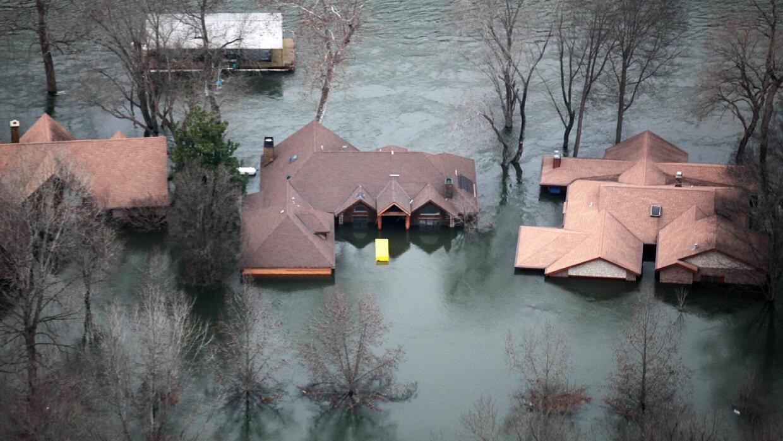 Soldados y voluntarios se suman a las tareas para frenar las inundacione...