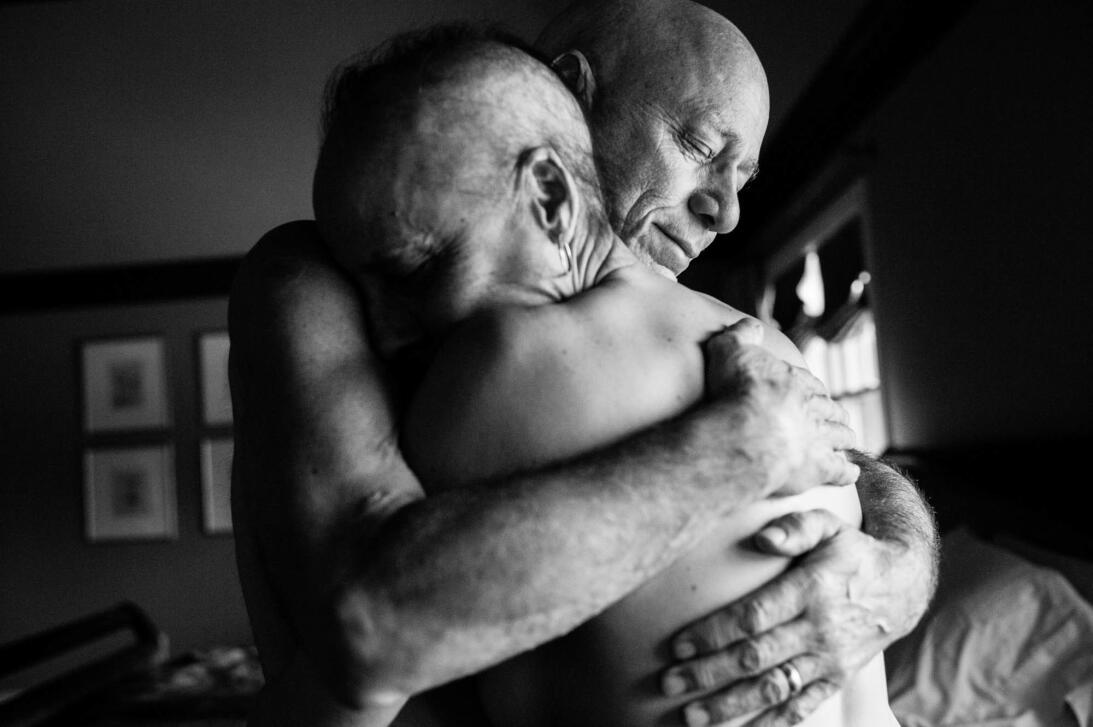 Papá y mamá se abrazan en el dormitorio de su casa. Jamas hubieran imagi...