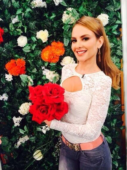 """""""Miren que Lindas Flores me regalaron @despiertaameric LOS QUIERO"""", expr..."""
