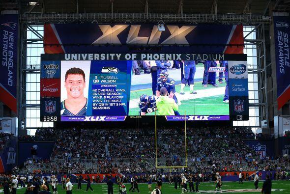Las pantallas del grandioso estadio de Arizona presentaba a los jugadores.