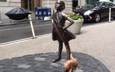 Una escultura de un perro que orina a la Niña valiente de Nueva Y...