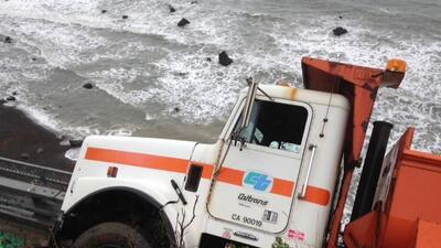 Un camión de Caltrans queda al borde de un acantilado por un deslave