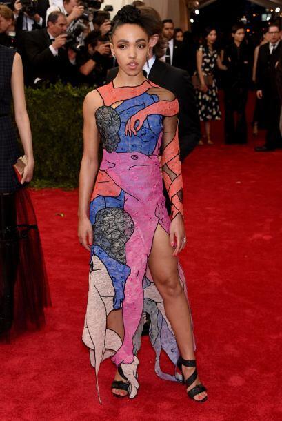 FKA Twigs usó un vestido muy colorido.