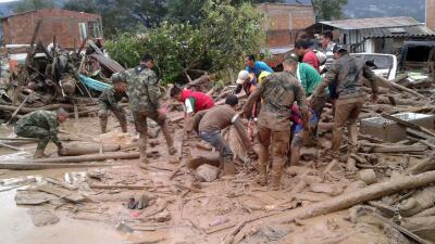 Soldados y civiles en labores de rescate Mocoa, Colombia, después del de...