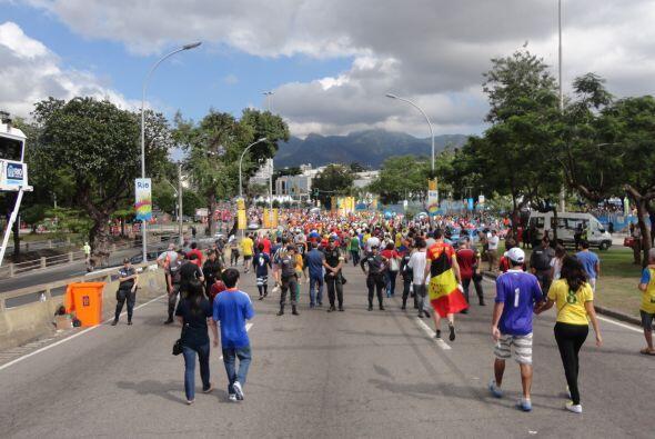 Las calles alrededor de Maracaná estaban cerradas y solamente ofrecían a...