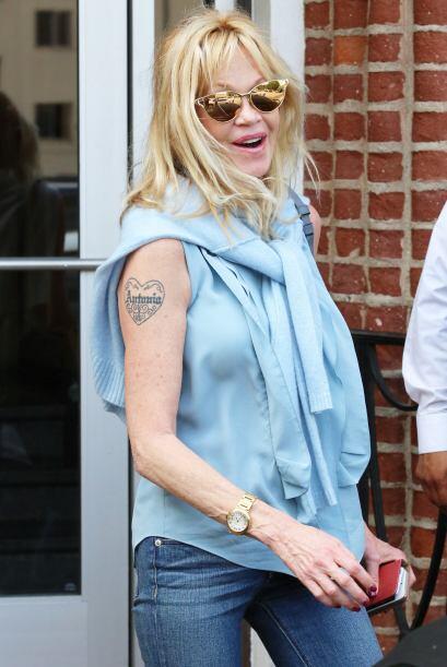 Una blusa sin mangas que resaltaba su tatuaje del corazón con el nombre...