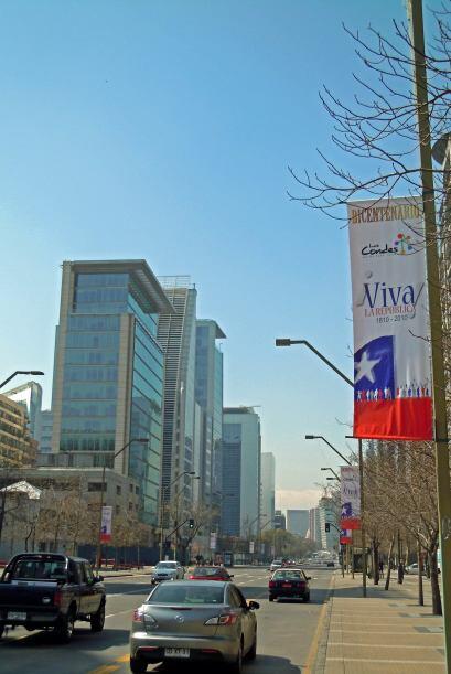 Santiago tiene amplios boulevares con edificaciones modernas.