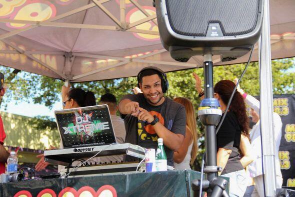 DJ Xtreme mezclando la música en vivo desde la carroza de Mix!