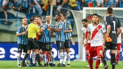 Polémico árbitro uruguayo pitará la final de la Copa Libertadores en el Monumental
