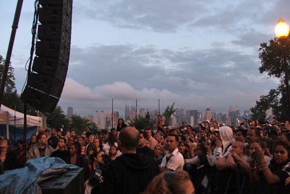 Y el publico no se movio a pesar de una llovizna. Unas 30 mil personas l...
