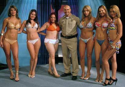 El alguacil no pudo evitarlo y decidió posar con las modelos.