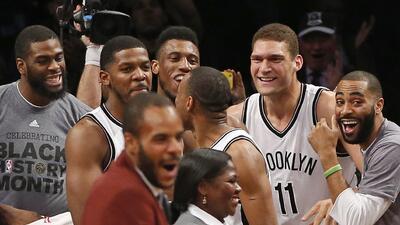 Los Nets de Brooklyn celebran luego que su alero Joe Johnson (segundo de...