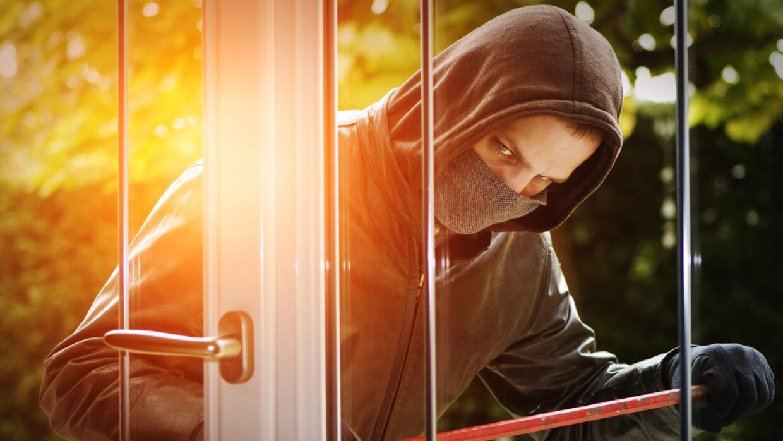 Ladrón entrando a robar