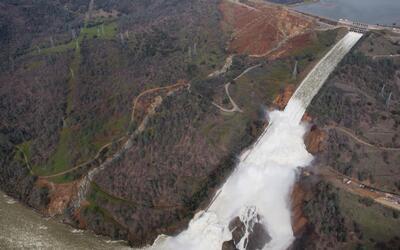 Personas evacuadas por desbordamiento de la represa de Oroville ya puede...