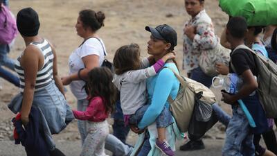Policía antimotines de El Salvador impide el paso de otro grupo de migrantes en la frontera con Honduras